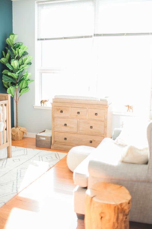 quarto de bebe comoda de madeira crua